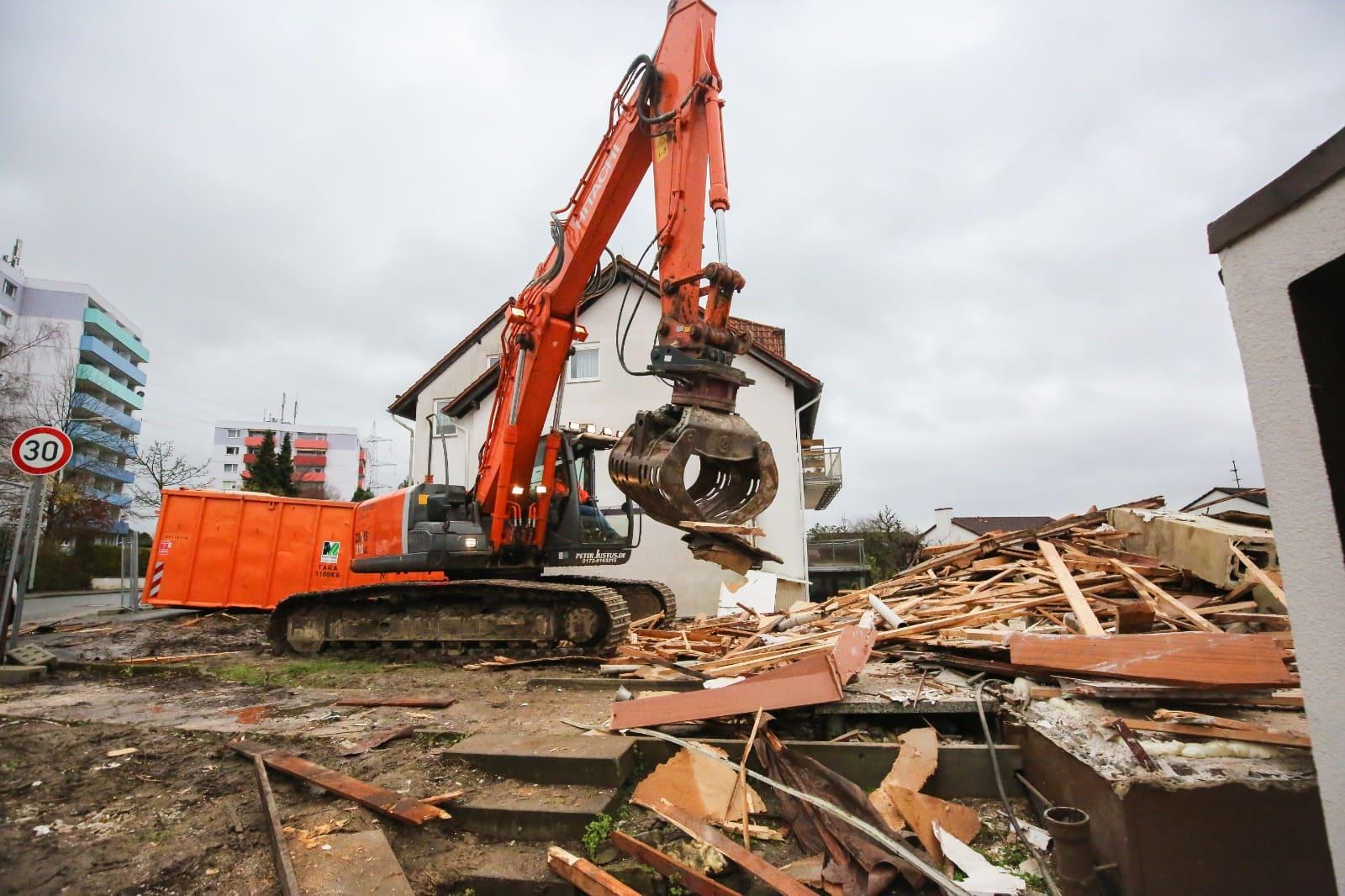 Die Firma Brück GmbH bei Gießen ist Ihr Experte im Bereich Abriss und Demontage. Von kleinen Objekten bis zu großen Industriehallen.